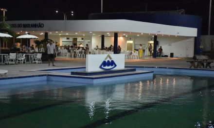 Congraçamento e reinauguração de piscina em final de tarde festiva dedicada aos pais